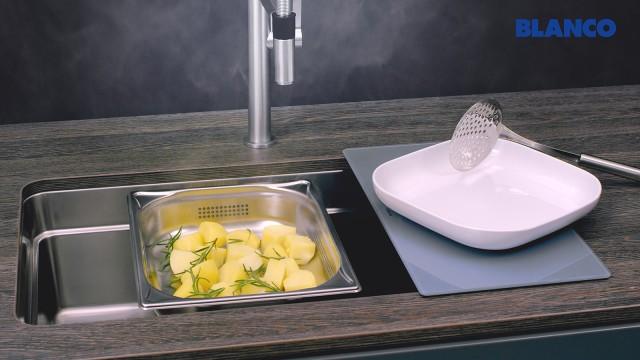 Des accessoires de cuisson à la vapeur peuvent également être placés sur le rebord