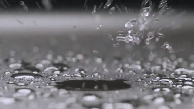 Ein Wassertropfen auf einer anthraziten Silgranit Spüle